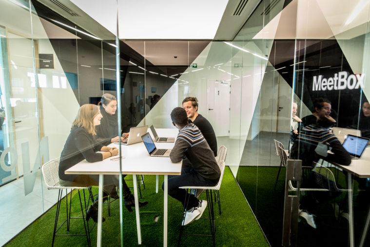 Warsaw UNIT oferuje najlepsze środowisko pracy, dostarczając wyjątkowe, przyjazne pracownikom i inspirujące miejsca pracy, odpowiednie dla każdej firmy.