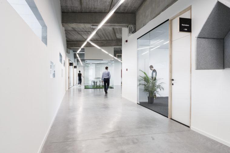 Ten ponadczasowy budynek mieści 59 000 m kw. powierzchni biurowej.